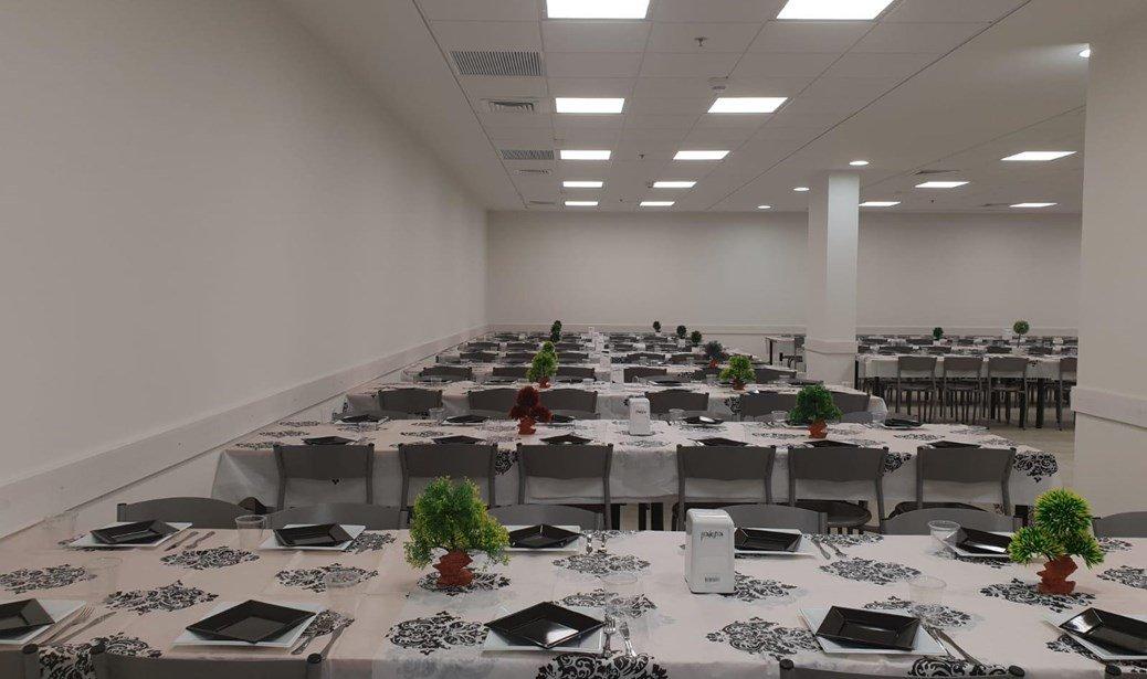 חדר אוכל שמזכיר בית מלון (אתר צה